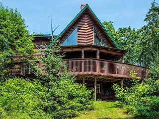Secluded 4BR Post and Beam Cabin, Open Floor Plan, Minutes to Town