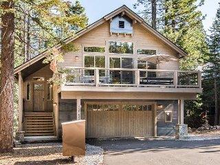 4BR w/ Three Decks, Rec Room, Pool/Hot Tub/Gym Access – Near Skiing