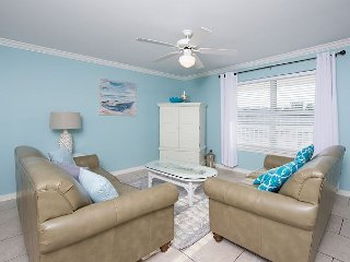 Quiet, Cozy condo just steps from The Beach--New Look
