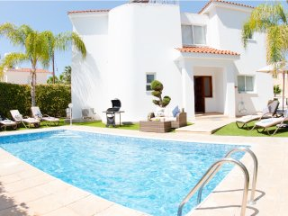 Villa Haven, 3 bedroom villa with private pool, walking distance to amenities
