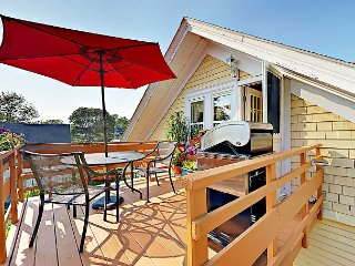 Romantic Crow's Nest Hideaway with Deck and Treetop Vistas – Walk to Downtown