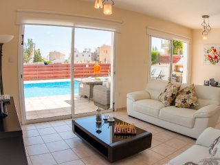 Villa Roker luxury villa with private pool walking distance to amenities & beach