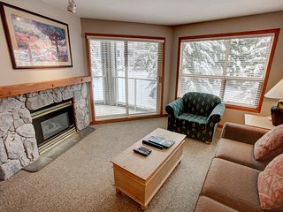 Deluxe SKI-IN Residence with a Pool, 3 HOT TUBS, Gym + Business Centre