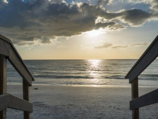 The Cottage at Sunset - Steps to the beach, Pet friendly, Kayak/Bikes included!