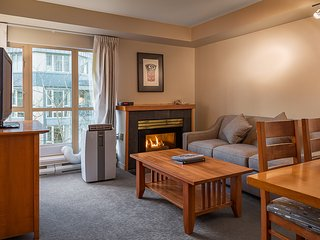 Deluxe ACCESSIBLE 2 Bedroom Suite with Fireplace and Hot Tub Access!