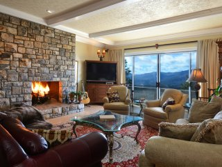 NEW! Luxurious 4BR Villa w/Amazing Mountain Views!