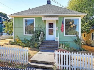 Charming home with Space Needle & DT views.10 mins from Seattle. Free Parking.