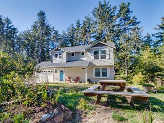 Spacious home with games & forest view - one block to the beach