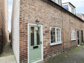 ANGEL COTTAGE, wood burner, exposed beams, pet friendly, in Driffield, Ref