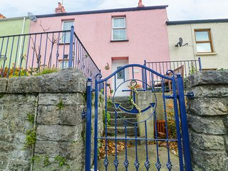 ANCHOR COTTAGE, seaside location, WiFi, courtyard garden, Tenby, Ref 948859