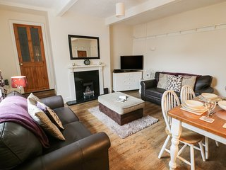 WORTH VALLEY COTTAGE, end-terrace, pet-friendly, patio, WiFi, in Haworth, Ref