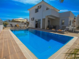 3 Bedroom Villa with Downstairs Room Near The Main Strip and the beach
