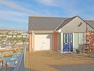 WHEAL KENDALL, luxury property with fantastic harbour views, balconies, off