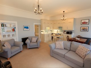 Harbour Lights: Two bedroom newly refurbished apartment over looking the sea