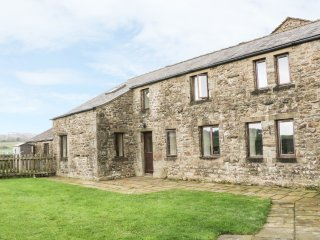 ORCABER FARM BARN, enclosed garden, pet friendly, views, Austwick, Ref. 15485