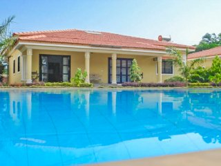 Luxurious 3-BR villa with a pool, 900 m from Ozran Beach