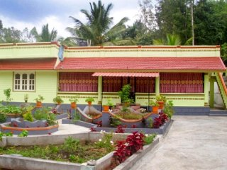 6-BR homestay with a beautiful garden, ideal for serenity seekers