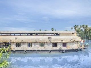 4-BR houseboat for a family stay