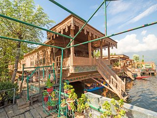 Elegantly-furnished 4-bedroom houseboat for a family trip