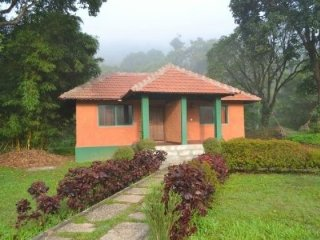 Cottage retreat amid lush foliage, near Manjarbad Fort