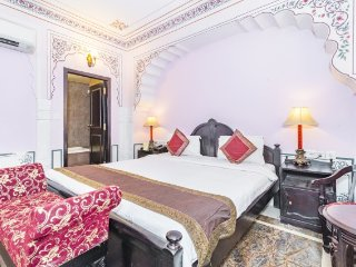 Romantic heritage abode for a couple, near Hawa Mahal