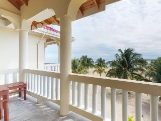 Modern condo near beach, shopping, water sports, & more. Walk everywhere!