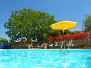 Mins from sandy beaches, villa location, pool, hot tub, sauna
