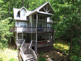 Private large mountain home, hot tub & pool table. Sleeps 17!