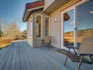 Cozy, family-friendly home w/ large deck & shared hot tub - close to skiing