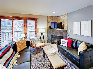 Updated 2BR Condo w/ Private Balcony - Near Slopes, Walk to Downtown Avon