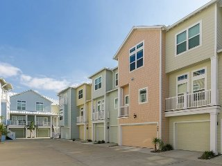 3BR Luxury Townhouse on Canal with Pool & Boat Slips - Close to the Beach