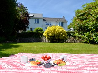 Sleeps 6-12 family friendly house, large garden + parking, good central location