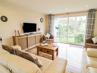 LLWYN HELYG, wood burner, sun porch, garden with pond, pet friendly, in Benllech