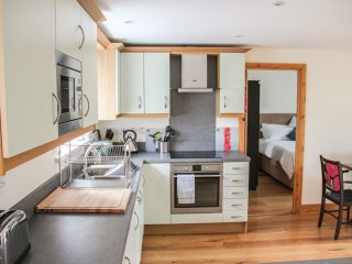 SWALLOWS REST, open plan living, countryside views, zip/ink beds with en-suites,