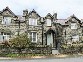 Y BWTHYN, mid-terrace, woodburner, en-suites, enclosed garden, in Llanbedr, Ref