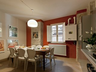 Elegant apartment in old tower house in central Pisa, 3 bedrooms, sleeps 7