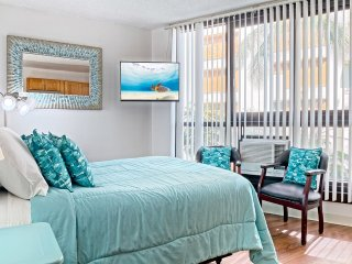 City View Chic! Kitchenette, Flat Screen, WiFi, Ceiling Fan+AC–Waikiki Grand 417