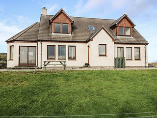 BEN LOYAL VIEW, detached, 3 en-suite bedrooms, pet-friendly, WiFi, near Tongue,