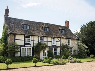 Tudor Cotswold Retreat with Hot Tub- Sleeps 16