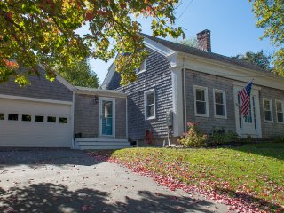 Pinetree Cottage - Antique Cape Sleeps 6 just 3 blocks from downtown