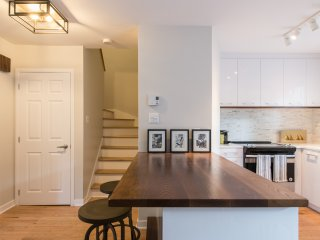 BEAUTIFUL HOME Sleeps 6 In The Heart Of Montreal!