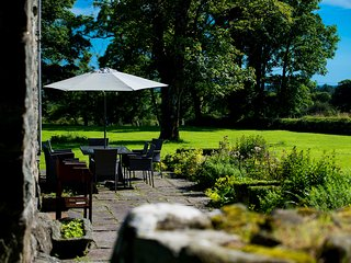 Glasfryn Fawr - glorious Farmhouse sleeps up to 10 guests with large gardens