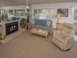 This vacation condo in Lionshead Village is a short walk to the Gondola.