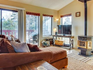 Bright, welcoming condo w/ lovely mountain & lake views - walk to the lake!