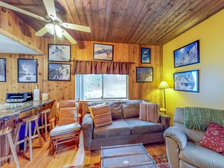 Slope-side Sugarbush condo w/ shared pool/hot tub, sauna, tennis & ski-in access