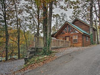 NEW! 3BR Cabin Minutes from Downtown Gatlinburg!