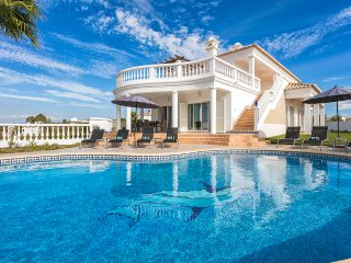 Villa Ocean Blue, Ocean views , Walk to beach, 5 Bedrooms, Air-con, BBQ & Pool