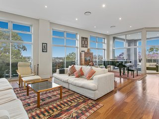 Elegant, 3-bedroom unit with Harbour views