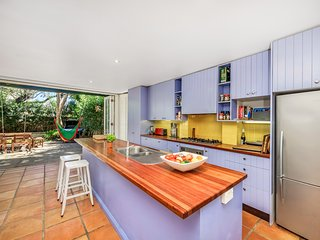 Colourful family home 10 mins from Manly beach
