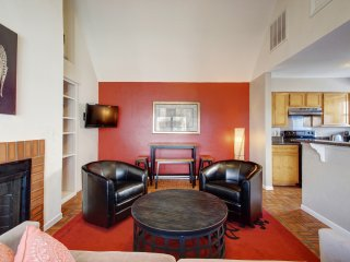 Great location sleeps 6! 2 blks to Conv. Ctr + 6th